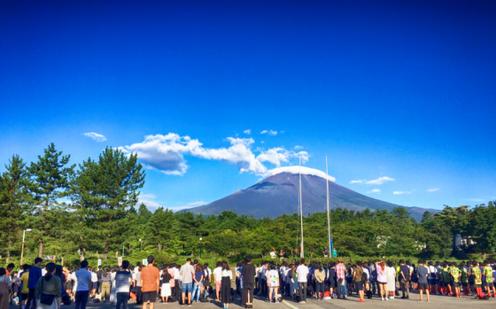 朝の富士山を前にして