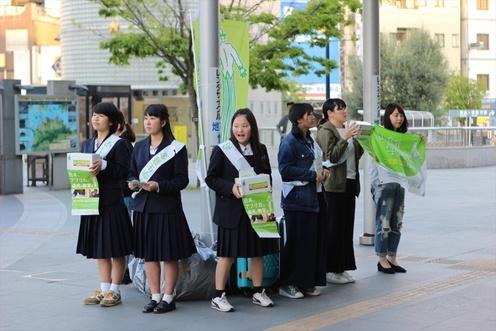 香川県・高松駅前拠点には約60人のボランティアが参加。