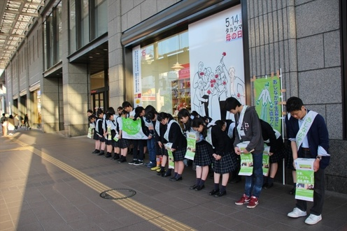 一日の募金の最後には、全員で街頭の方々に感謝(愛媛・松山市駅拠点)